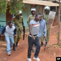 Polisi wanawakamata waandamanaji