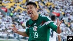 El delantero mexicano Oribe peralta celebra uno de sus tres goles contra Nueva Zelandia.