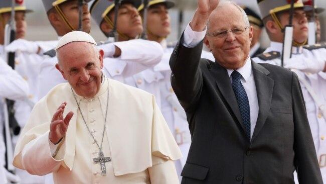 El papa Francisco y el presidente peruano, Pedro Pablo Kuczynski, saludan a la multitud en Lima, Perú.