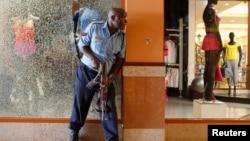 2013年9月21日肯尼亞首都內羅畢高級的西門商廈發生恐怖襲擊,一名警察在商廈內對抗襲擊。