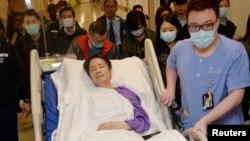 지난 달 말 괴한의 습격으로 중상을 입은 케빈 라우 전 홍콩 명보 편집장이 지난 1일 중환자실에서 치료를 받은 지 사흘만에 개인병실로 옮겨지고 있다.-