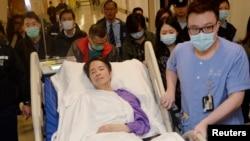 遭残暴袭击的前香港明报总编刘进图在紧急加护救治三天后转往医院私人病房。(2014年3月1日)