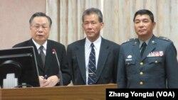 台湾国防部长严明(左一)在立法院接受质询