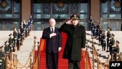 """Bộ trưởng Quốc phòng Hoa Kỳ Robert Gates (trái) và Bộ trưởng Quốc phòng Trung Quốc Lương Quang Liệt đã """"mạnh mẽ thống nhất"""" về nhu cầu cần phải có các mối liên hệ quân sự vững chắc nhằm giảm nguy cơ hiểu lầm hay tính toán sai lệch"""