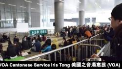 約300人在立法會示威區集會,反對高鐵超支撥款 (攝影﹕美國之音湯惠芸)