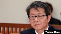 한국의 류길재 통일부 장관 내정자가 6일 국회에서 열린 인사청문회에서 위원들의 질문을 듣고 있다.