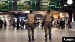 Des soldats patrouillent à la gare du Midi à Bruxelles, le 21 novembre 2015. (REUTERS/Francois Lenoir)