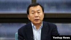 26일 서울 종로구 무교동 개성공단기업협회에서 입주기업 대표들과 의견을 나눈 한재권 개성공단기업협회장이 성명을 발표하고 있다.