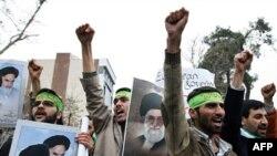 伊朗保守派学生在德黑兰的意大利使馆外抗议