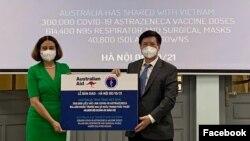 Đại sứ Australia Robyn Mudie chính thức trao 300.000 liều vaccine, 614.400 khẩu trang và 40.800 bộ quần áo bảo hộ cho Thứ trưởng Bộ Y tế Việt Nam Trương Quốc Cường, ngày 6/10/2021. Photo Facebook Australian Embassy Vietnam.