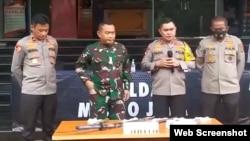 Pangdam Jaya Mayjen TNI Dudung Abdurachman dan Kapolda Metro Jaya Inspektur Jenderal Fadil Imran saat menggelar konferensi pers di Polda Metro Jaya, Senin, 7 Desember 2020. (Foto:VOA)