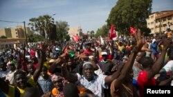 Abari mu myiyerekano y'ukwiyamiriza umugambi wa prezida wa Burkina Faso, Blaise Compaore, w'uguhindura ibwirizwa shingiro, kugira agaume ku butegetsi.