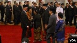 Presiden Yudhoyono dan ibu negara, Ani Yudhoyono menyambut kedatangan Dino Patti Djalal dan ibu Rosa di Istana Negara (14/7). Presiden Yudhoyono melantik mantan Dubes Indonesia di AS tersebut sebagai Wamenlu (Foto: VOA/Andylala).