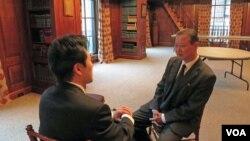 장일훈 유엔주재 북한대표부 차석대사(오른쪽)가 20일 미국외교협회(CFR) 주최 세미나에 참석한 뒤 VOA 기자와 인터뷰를 하고 있다.