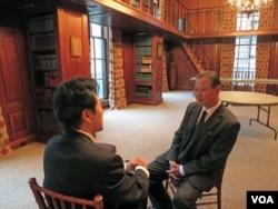 장일훈 유엔주재 북한대표부 차석대사(오른쪽)가 지난 2014년 10월 미국외교협회(CFR) 주최 세미나에 참석한 뒤 VOA 기자와 인터뷰하고 있다.