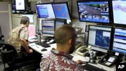 Các giới chức đặc trách ứng phó với tình trạng khẩn cấp làm việc tại trung tâm chỉ huy ở Honolulu, Hawaii, hôm 1/12/2017. (AP Photo/Caleb Jones)