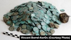 بخشی از سکه های کشف شده. عکس: Vincent Borrel