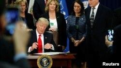 آقای ترامپ روز چهارشنبه دو فرمان اجرایی جدید درباره مرز ها و مسایل مهاجرتی امضا کرد.