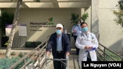Bác sỹ Ngô Bá Định (phải) từng thoát chết từ Covid-19