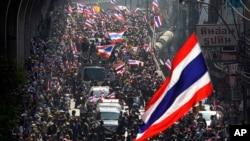 Para pengunjuk rasa anti pemerintah berdemonstrasi di pusat kota Bangkok, Kamis, 30/1/2014.