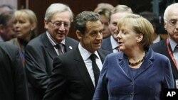 法國總統薩科齊(左)與德國總理默克爾(右)出席布魯塞爾歐盟領導人會議