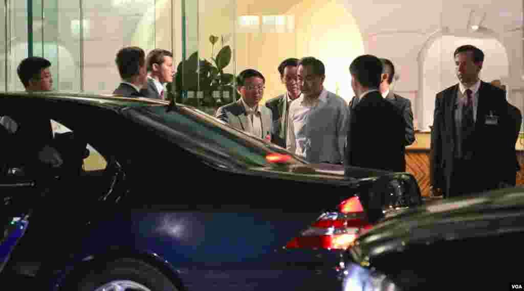 وانگ یی وزیر خارجه چین در حال ترک هتل کوبورگ محل مذاکرات هسته ای در بامداد سه شنبه ۱۶ تیر.