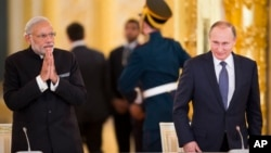 Thủ tướng Ấn Độ (trái) và Tổng thống Nga tới gặp các quan chức và doanh nghiệp hai nước tại Điện Kremlin hôm 24/12.