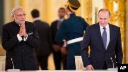 블라디미르 푸틴 러시아 대통령(오른쪽)과 나렌드라 모디 인도 총리가 24일 모스크바에서 정상회담을 가졌다.