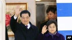 中國國家主席胡錦濤(左)和夫人3月25日出訪被廣泛視為是中共領導層基本穩定的跡象。