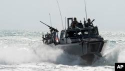 قایق های سربازان امریکایی از نوعی بود که در این تصویر دیده می شود.