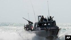 Le bateau Riverine Command 805 dans le golfe Persique, 2 novembre 2015. (Torrey W. Lee/U.S. Navy via AP)