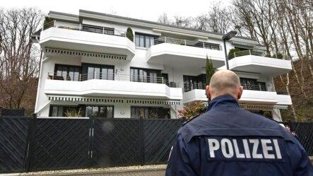 星期四3月26日警察站在德国之翼坠毁飞机副驾驶据信在杜塞尔多夫曾经居住的寓所外面。