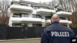 星期四3月26日警察站在德国之翼坠毁飞机副驾驶据信在杜塞尔多夫曾经居住的寓所外面