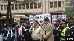 台湾内政部官员(中间手持麦克风者)与请愿者对话。(美国之音燕青拍摄)