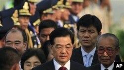 Chủ tịch Trung Quốc Hồ Cẩm Đào, giữa, tại sân bay quốc tế Phnom Penh, Kampuchia, 30/3/2012