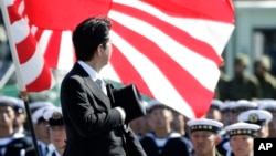 지난 2013년 '자위대의 날'을 맞아 아베 신조 일본 총리가 도쿄 북부 아사카 기지를 돌아보고 있다. (자료사진)