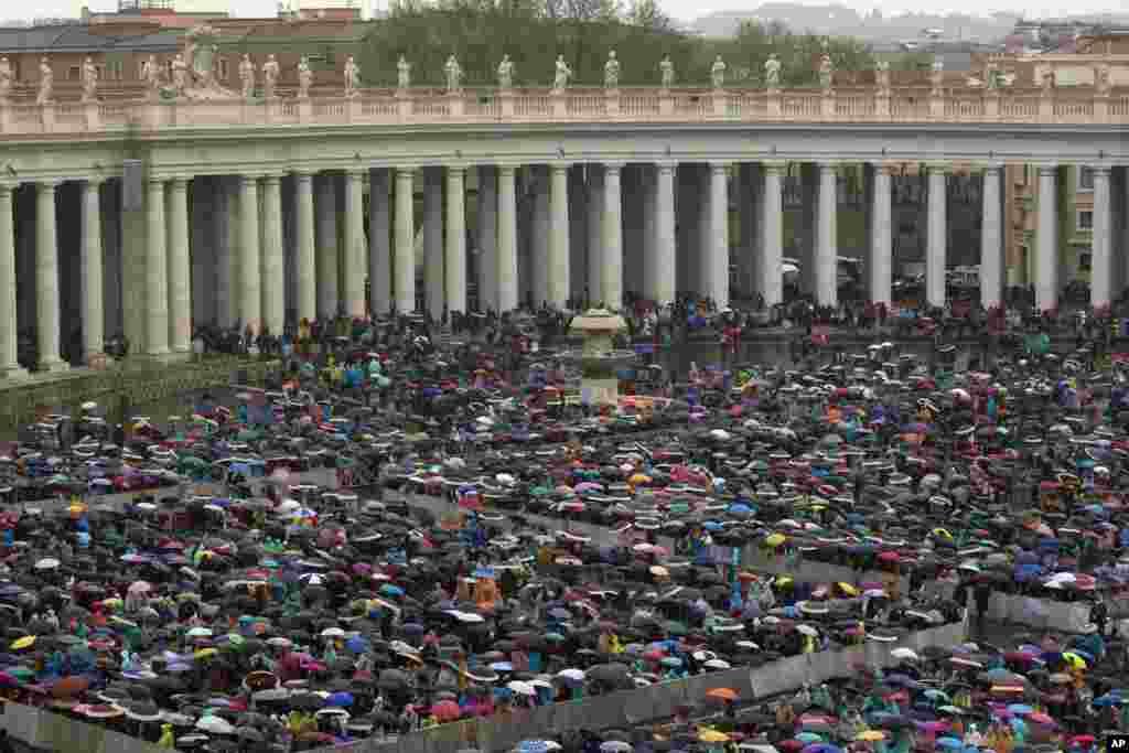 Đức Giáo Hoàng Phanxicô mừng ngày lễ trọng này với một Thánh Lễ tại Quảng trường Thánh Phê Rô.