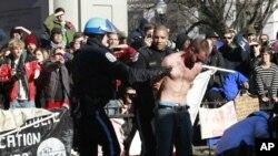警察星期天在白宮附近的一個廣場逮捕抗議者﹐因為這些抗議者拒絕拆除未經允許搭建的一個木制架構。