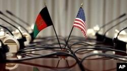 AQSh va Afg'oniston bayroqlari