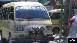 Masih banyak angkutan umum di berbagai daerha di Indonesia yang sebenarnya tidak layak untuk beroperasi (foto: VOA/Muliartha).