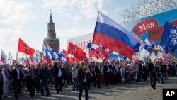 Sindicalistas rusos celebran el Día del Trabajo en la Plaza Roja, en Moscú.