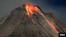 Gunung Merapi mengeluarkan lahar panas seperti terlihat dari desa Cangkarang, Yogyakarta tahun 2006 silam. Saat ini ribuan keluarga masih menempati hunian sementara (foto: dok).