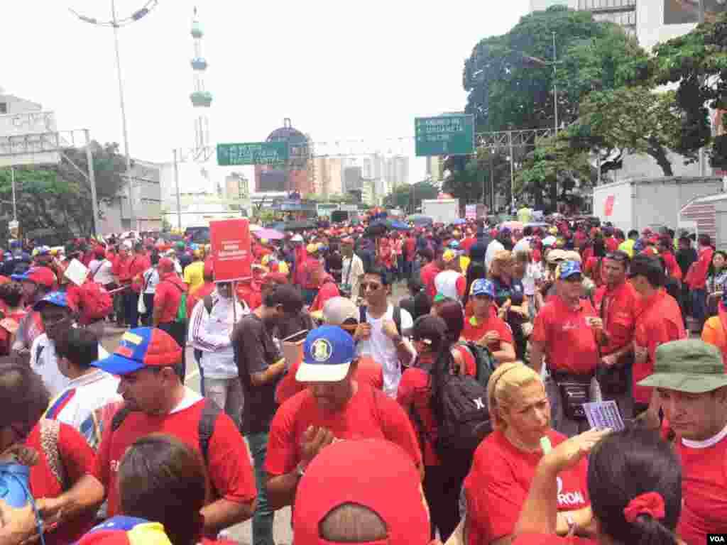 Defensores del gobierno del presidente Nicolás Maduro marchan por las calles de Caracas. Foto: Álvaro Algarra.