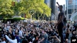 6月6日,示威者在纽约曼哈顿游行期间单膝跪地。