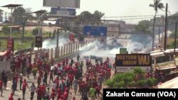 Des manifestants et les forces de l'ordre à Conakry, en Guinée, le 14 novembre 2015. (VOA/Zakaria Camara)