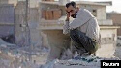 Un hombre desolado junto a lo que quedó de su casa tras un reciente bombardeo de la fuerza aérea siria en Azaz.