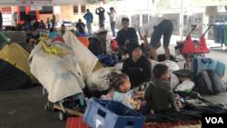 Kolombiya göçmen bürosu önünde bekleyen Venezuelalı mülteciler