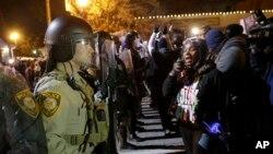 Cảnh sát đối đầu với người biểu tình tại Ferguson, Missouri, ngày 24/11/2014.