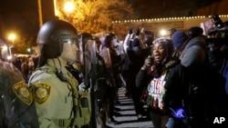 Qrand Jürinin açıqlamasından sonra Ferqusonda polislə nümayişçilər arasında qarşıdurma yaranıb.