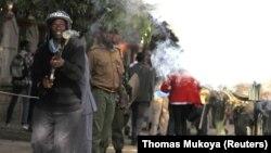 La police anti-émeute kenyanne lors d'une manifestation.